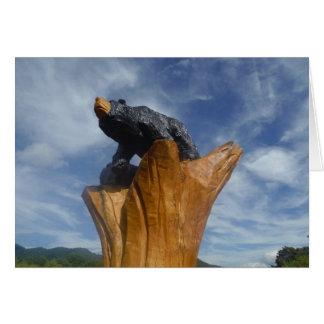 Oso de madera del negro/de Brown con el cielo azul Tarjetón
