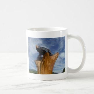 Oso de madera del negro/de Brown con el cielo azul Tazas De Café