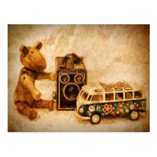 Oso de madera marrón pintado del coche de la postales