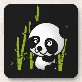 Oso de panda blanco y negro lindo en una arboleda posavasos