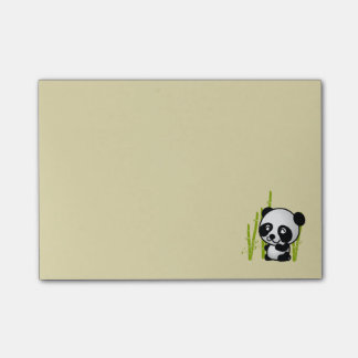 Oso de panda blanco y negro lindo en una arboleda post-it® nota