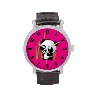 Oso de panda blanco y negro lindo en una arboleda reloj