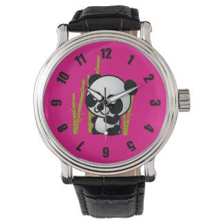 Oso de panda blanco y negro lindo en una arboleda relojes de pulsera