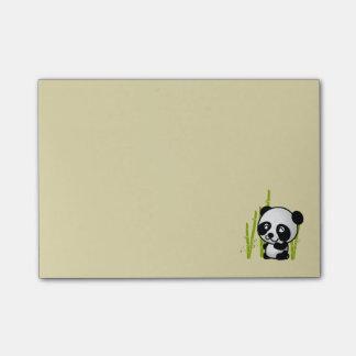 Oso de panda blanco y negro lindo en una arboleda post-it nota