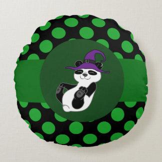 Oso de panda con el gorra de la bruja y los puntos cojín redondo