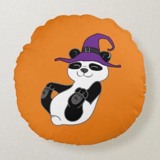 Oso de panda de Halloween con el gorra de la bruja Cojín Redondo