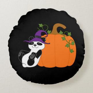 Oso de panda de Halloween con la calabaza Cojín Redondo