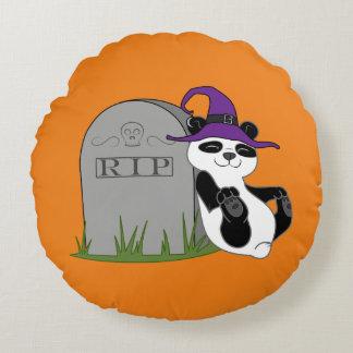 Oso de panda de Halloween con la piedra grave Cojín Redondo