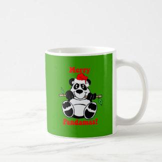 Oso de panda divertido del navidad taza clásica