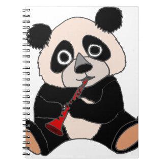 Oso de panda divertido que maneja el Clarinet rojo Libro De Apuntes Con Espiral