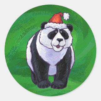Oso de panda en el gorra de Santa en verde Pegatina Redonda