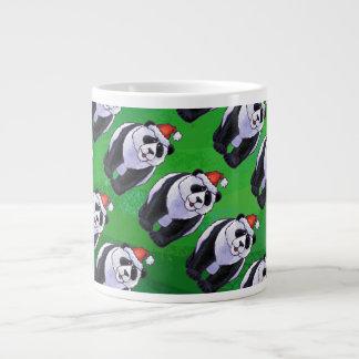 Oso de panda en el gorra de Santa en verde Taza Grande