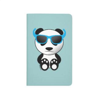 Oso de panda fresco y lindo con las gafas de sol cuaderno grapado