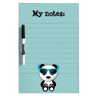 Oso de panda fresco y lindo con las gafas de sol pizarra blanca