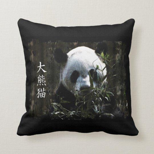 Oso de panda gigante lindo con las hojas de bambú cojín decorativo