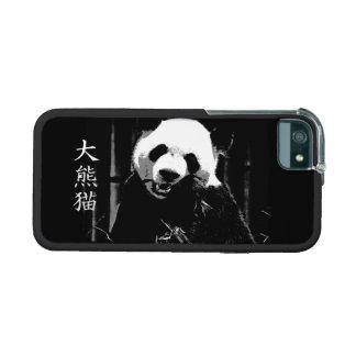 Oso de panda gigante lindo con las hojas de bambú