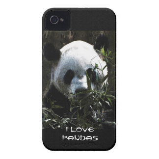 Oso de panda lindo con las hojas de bambú sabrosas iPhone 4 Case-Mate coberturas