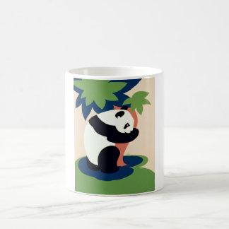Oso de panda que abraza un árbol taza de café