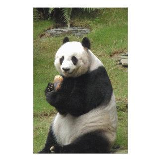 Oso de panda que come algún bambú papeleria de diseño
