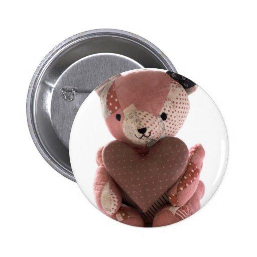 oso de peluche acolchado con el botón del corazón  pin