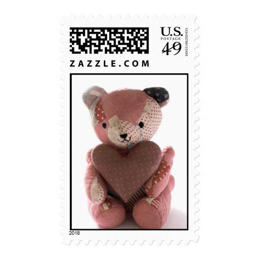 oso de peluche acolchado con el sello del corazón