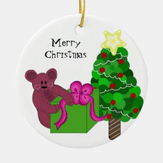 Oso de peluche con el árbol de navidad ornato