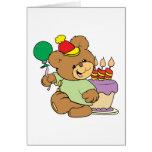 oso de peluche del feliz cumpleaños con la torta y tarjeta de felicitación