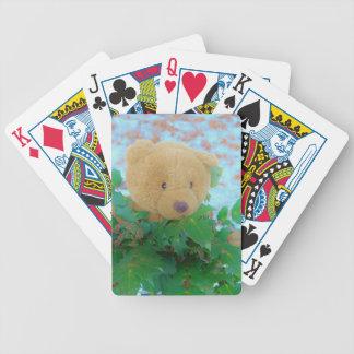 Oso de peluche en el acebo, cielo azul baraja cartas de poker