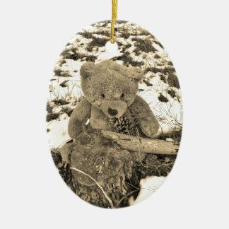 Oso de peluche en el acebo, tono de la sepia adorno navideño ovalado de cerámica
