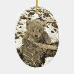 Oso de peluche en el acebo, tono de la sepia adorno ovalado de cerámica
