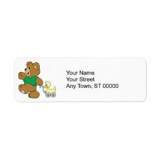 oso de peluche juguetón con el juguete ducky etiquetas de remite