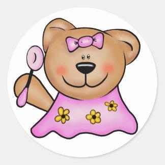 Oso de peluche lindo de la niña en rosa pegatina redonda