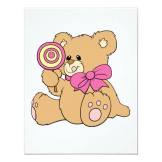 Oso de peluche lindo del bebé con el Lollipop Invitaciones Personalizada