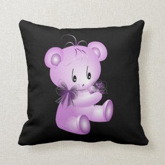Oso de peluche púrpura con el fondo negro color de cojín decorativo