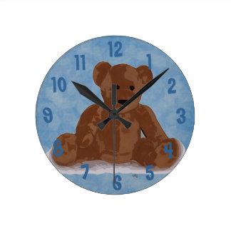 Oso de peluche que se sienta (fondo azul) reloj redondo mediano