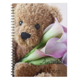 oso de peluche que sostiene el cuaderno de las cal