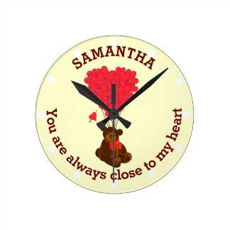 Oso de peluche romántico y corazón rojo reloj redondo mediano