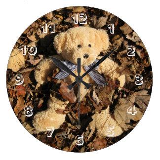 Oso de peluche y una pila grande de hojas reloj redondo grande