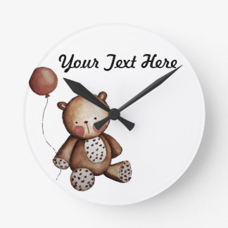 Oso del bebé con el reloj de pared del globo