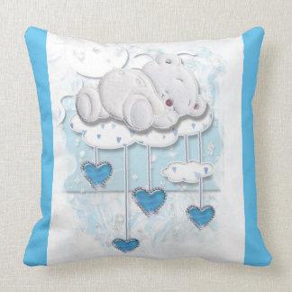 Oso del bebé que duerme en una nube con los cojín decorativo