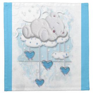 Oso del bebé que duerme en una nube con los servilletas de papel