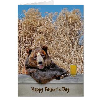 Oso del día de padre con la cerveza tarjeta de felicitación