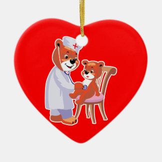 oso del doctor que tiende al paciente adorno navideño de cerámica en forma de corazón