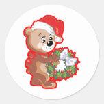 Oso del navidad con la guirnalda pegatinas redondas