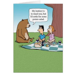 Oso divertido que estrella una comida campestre tarjeta de felicitación