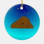 Oso el dormir debajo del ornamento del navidad de  ornatos