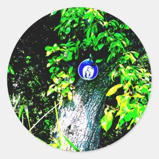 Oso en árbol pegatina redonda