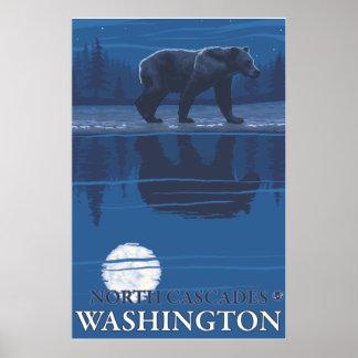 Oso en claro de luna - cascadas del norte Washing Poster