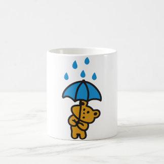 Oso en la lluvia taza
