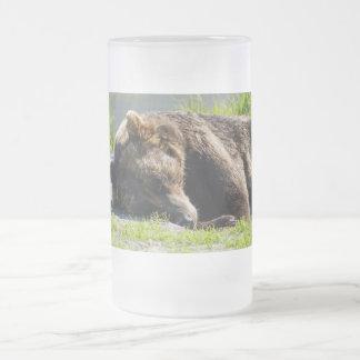 Oso grizzly durmiente de Alaska Taza De Cristal